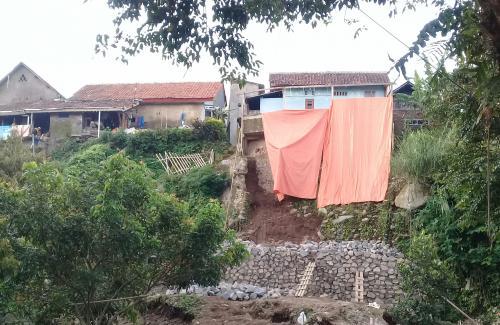 Rumah Warga Terancam Ambruk Terseret Longsor   Desa ...